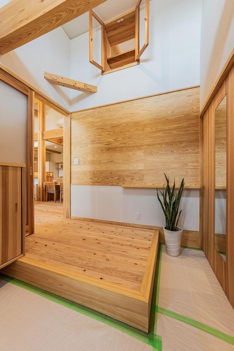 家族みんなの笑顔が見える!木と塗り壁の自然素材で造るスキップフロアのある平屋。