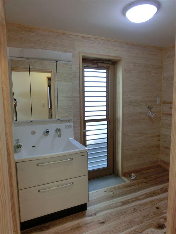 「平屋」で造る、体に優しい「木」と「白い塗り壁」の家