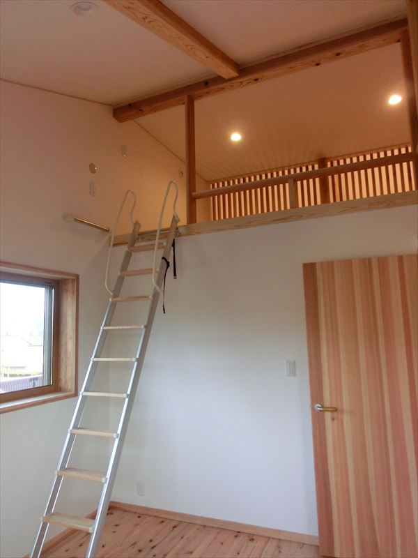 とってもオシャレな「木」と「和紙」と「白い塗り壁」の家