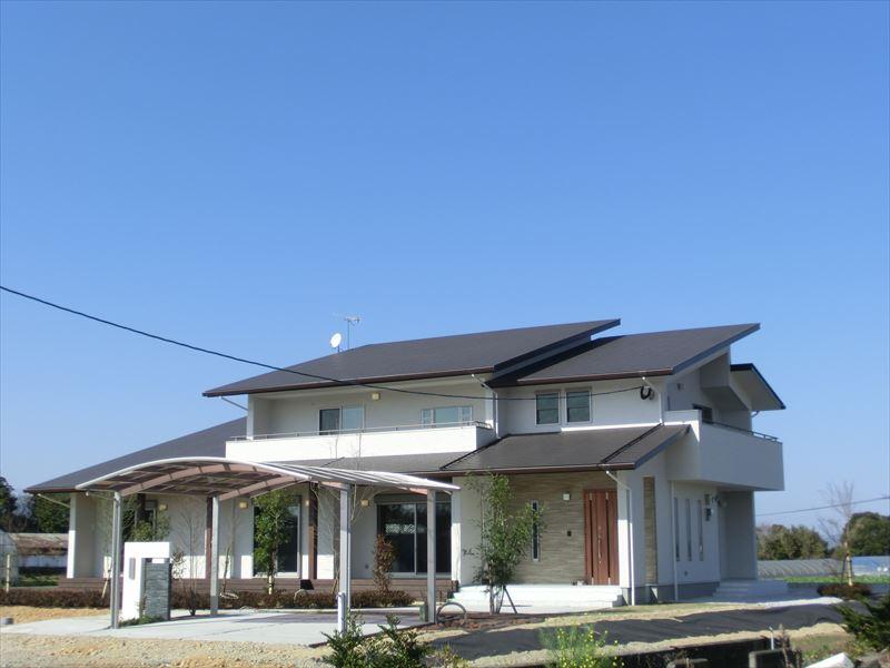 海の見える台地に立つ、1年通して快適に暮らせて、体に優しい自然素材住宅