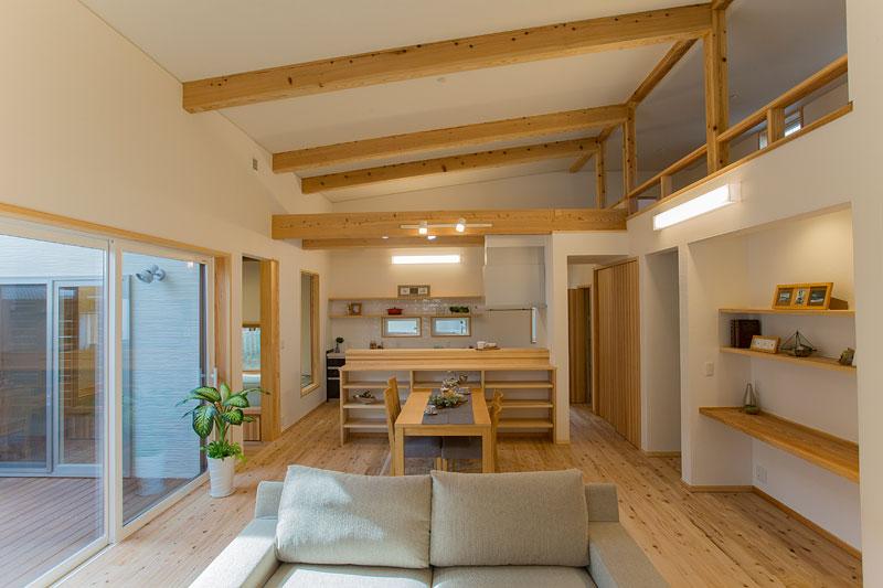 街中でも開放感や家族のつながりを感じられる、「木」と「塗り壁」などの自然素材で造るコートハウス!